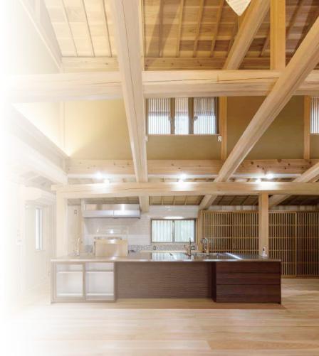屋根裏の無垢材まで楽しめる吹き抜けのキッチン